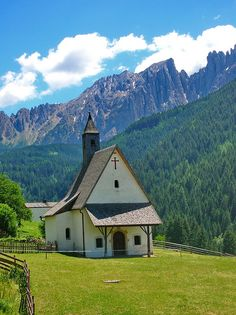 Church in Dolomites, Italy, http://smart-travel.hr/en/