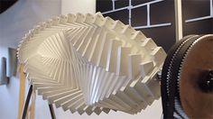 Das hier sind Arbeiten der holländischen Künstlerin Jennifer Townley. Sie hat sich auf kinetische Kunst spezialisiert, mechanische Skulpturen, die sich sehr langsam bewegen. Dabei wird sie von geometrischen Mustern inspiriert, aber auch von optischen Täusc