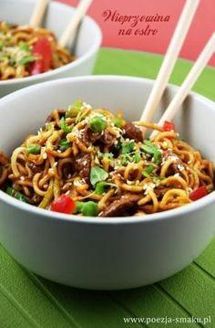 Wieprzowina na ostro z makaronem (Pork & noodle stir-fry - recipe in Polish) Asian Recipes, Healthy Recipes, Good Food, Yummy Food, Exotic Food, Sauce, Food Inspiration, Food Porn, Pasta Dishes