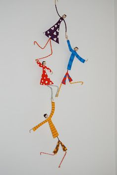 Make your family out of wire, paper and patterned tape Complemientas: Muñequitas de papel maché Wire Crafts, Diy And Crafts, Arts And Crafts, Paper Crafts, Clay Dolls, Art Dolls, Arte Linear, Paper Mache Sculpture, Paperclay