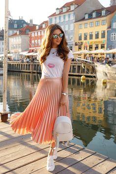 White t-shirt and light orange midi skirt Pleated Skirt Outfit Casual, Midi Skirt Outfit, Pleated Midi Skirt, Coral Skirt, Overalls Outfit, Hipster Outfits, Boho Outfits, Spring Outfits, Casual Outfits