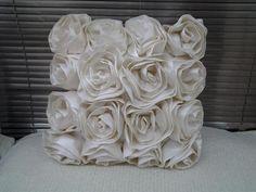 Almofada de Tafetá Palha com Formato de Rosas 0,45x0,45cm - TOK ESPECIAL