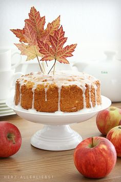 Apfel-Möhren-Kuchen mit kandierten Walnüssen und Honig-Glasur ~ Apple-Carrot Cake with candied walnuts and honey icing (picture by Herz Allerliebst)