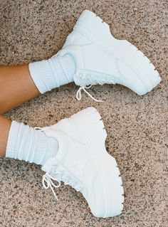 chunky shoes sneakers Windsor Smith Lux Sneakers W - Socks Outfit, Tennis Shoes Outfit, Outfit Work, Outfit Jeans, Sneakers Mode, White Sneakers, Sneakers Fashion, Fashion Shoes, Designer Shoes