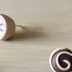Was zum Naschen für Zwischendurch? . Nö quatsch! Das sind Ohrstecker aus Sterlingsilber im Pralinendesign. Ein paar wenige davon gibt es sogar noch im Facebook-Shop zu haben. . Aber lecker sehen die schon aus oder? .  #schokoschmuck #iwearchocolate #sabinebonath #schmuckdesign #designerschmuckmanufaktur #manufaktur #madewithpassion #unikat #handcrafted #myFIMO #mySTAEDTLER #polyclay #glückverschenken #schokolade #schmuckliebe #schmuckblogger #kunsthandwerk #geschenkidee