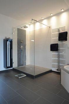 Begehbare Dusche mit Glas und Podest
