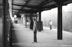 Der nunmehr als Zugabfertiger tätige Aufsichter trägt zum modischen Haarschnitt eine saloppe Kombination aus roter Schirmmütze, BVG-Jackett und Turnschuhen. Die Achtziger waren ja kleidungstechnisch recht experimentierfreudig... | Januar 1984