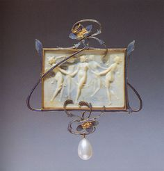 Au centre du rectangle (d'onyx ?), des nymphes mythologiques dansent. On distingue la légèreté des plis des voiles.