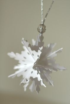 3D Pop Up Snowflake Ornament - diy. This folds up and then can be opened up - very cute