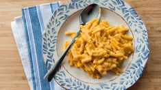 MACARONI AU FROMAGE MAISON:  300 g (10 oz) de macaroni (ou autre pâte courte)  30 ml (2 c. à soupe) de beurre  30 ml (2 c. à soupe) de farine tout usage non blanchie  375 ml (1 ½ tasse) de lait  60 ml (1/4 tasse) de lait en poudre (facultatif)  250 ml (1 tasse) de cheddar orange fort râpé (environ 100 g / 3,5 oz)  60 ml (1/4 tasse) de parmesan fraîchement râpé  45 ml (3 c. à soupe) de sauce à pizza douce ou piquante  Poivre et sel