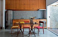 Para o apartamento de 67 m², o morador Renato Cymbalista pediu uma cozinha prática, concentrada em uma parede e totalmente integrada à sala. Projeto do arquiteto Gustavo Calazans