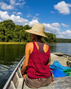 Que tal um passeio de barco no Parque Estadual do Rio Doce? Fizemos esse passeio de barco pela Lagoa Dom Helvécio e tivemos a chance de admirar a flora e a fauna da região. Belezas do interior de Minas Gerais! #NerdsNoRioDoce #NerdsEmMG #BlogueirosPorMinas #TurismoMG #ValeDoAçoDestinoTurístico (Maio/2015)  A modelo da foto é nossa amiga Cris do blog @dentrodomochilao