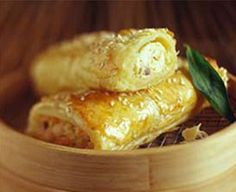 Thai Sausage Rolls Recipe Appetizers with minced chicken, philadelphia cream che. - Projects to Try - Sausage Savory Pastry, Savory Tart, Puff Pastry Recipes, Pastry Dishes, Sweet Chilli Sauce, Sweet Chili, Savory Snacks, Lunch Snacks, Savoury Recipes