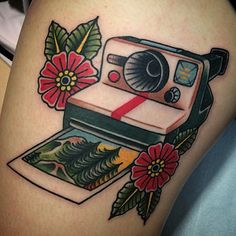Love this traditional Polaroid camera made by @johnlemonbfg #tattoodo