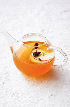 For the perfect winter tipple, you can't look past this spiced apple tea with cinnamon whiskey. Cinnamon Whiskey, Cinnamon Tea, Cinnamon Apples, Winter Drinks, Cold Drinks, Beverages, Apple Tea, Clean Eating, Healthy Eating