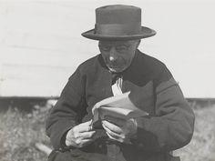 Jan Visser, alias 'Jan de Knipper van Urk', op de Zuiderzeetentoonstelling te Enkhuizen. Jan is gekleed in Urker streekdracht. ca. 1930 #Urk