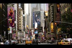 Broadway Avenue, Estados Unidos, Nueva York. Broadway Avenue es una de las avenidas más amplias de la ciudad de Nueva York , ella recorre toda la longitud de Manhattan y es muy famosa ya que ella es el pináculo de la industria del cine de los Estados Unidos. Entre los edificios más emblemáticos que acoge esta hermosa avenida están Grand Hotel Central, Singer Building, Teatro Winter Garden e Iglesia de la Trinidad, entre muchos otros.