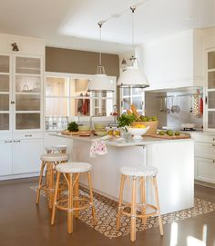 Kitchen furniture in white is always a win-win for the design of any kitchen interior - large and spacious or small, without enough light. It can be ✌Pufikhomes - source of home inspiration Open Kitchen, Kitchen Dining, Kitchen Decor, Home Interior, Interior Decorating, Sweet Home, Appartement Design, Bespoke Kitchens, Cuisines Design
