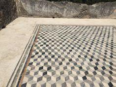 Se ha aprendido mucho de la historia y vida cotidiana de Pompeya; gracias a las inscripciones hechas en: mármol, murales y mosaicos que se han encontrado, en las excavaciones de las casas.  #pompeii #pompeya #travel #travelblogger #travelblog #viajar #viajero #turismo #vacaciones #vacation #holasoyrey #italia #italy
