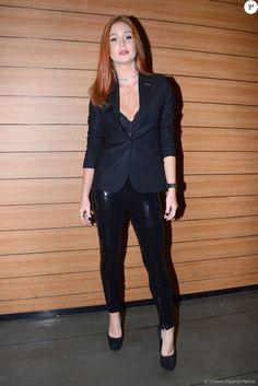 Marina Ruy Barbosa, sempre estilosa, combinou blazer justinho com calça de paetês e lingerie à mostra em look total black