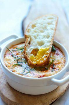 Italian Baked Eggs - Vous ne serez jamais croire que ces marinara Cheesy oeufs cuits peut être fait en seulement 10 minutes pour un petit déjeuner complet!