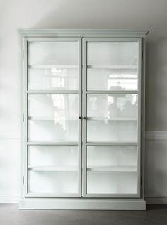 Lindebjerg Design V2 vitrinskåp - Posh Living - Köp i nätbutiken