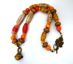 Collier rouge, marron, collier rustique, ethnique, tribal, fait main, Indonésie, Afrique, laiton, verre : Collier par francesca