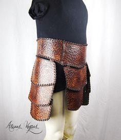 Tassets o musleras nórdicas. Armadura vikinga. Armadura cuero. Viking Armor, Larp Armor, Leather Armor, Suit Of Armor, Skull Art, Leather Working, Predator, Swords, Vikings