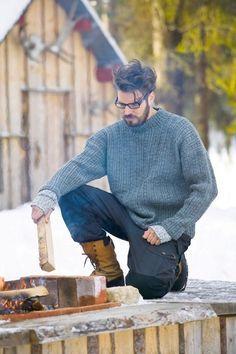 Skal du ha ferdig en god vintergenser til mannen eller sønnen innen kulda setter inn, så er det kanskje på tide å begynne på den nå? Denne tøffe genseren med strukturmønster tror vi vil falle i smak hos de voksne gutta. Most Beautiful Pictures, Diy And Crafts, That Look, Men Sweater, Hipster, Pullover, Knitting, Boys, Sweaters