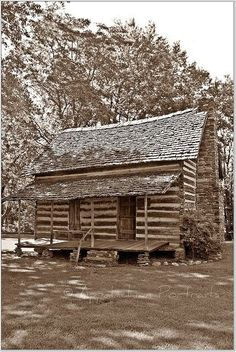 Appalachian Homestead This looks like Robert Tuckers cabin! Old Cabins, Cabins And Cottages, Cabins In The Woods, Small Cabins, Log Cabin Living, Log Cabin Homes, Abandoned Houses, Old Houses, Old Pictures