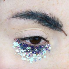 feather eyebrow trend x ilonarah on insta Eyebrow Fails, Eyebrow Trends, Rimmel, Makeup Inspo, Makeup Art, Crazy Eyebrows, Funny Eyebrows, Glitter Eyebrows, Feather Brows