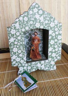 São Francisco, protetor dos animais, confeccionado em resina e pintado à mão, com oratório de madeira mdf pintado e forrado com papel especial artesanal.  Vem acompanhado de oração e tercinho. R$ 33,50