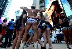 Le fameux cow-boy en slip de Time Square a eu de la concurrence le 5 août, jour où des centaines de New-Yorkais se sont rassemblés en sous-vêtements pour tenter d'établir un record.