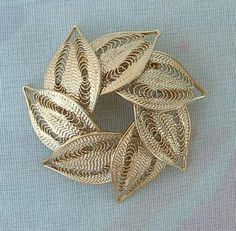 This gorgeous pin features seven filigree leaves overlapping in a circular pattern, to form a wreath. It has about a 1 inch diameter, and looks gold plated . Filigree Jewelry, Leaf Jewelry, Silver Filigree, Wire Jewelry, 925 Silver, Silver Jewelry, Silver Rings, Silver Brooch, Jewelry Necklaces