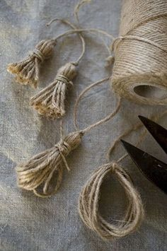 Bows & Tassels in the Shabby style and crocheted . The bows (tassels) do not . - Shabby and crochet bows & tassels … . The bows (tassels) no longer as a passive element to be ob - Burlap Crafts, Diy And Crafts, Arts And Crafts, Burlap Art, Rustic Crafts, Burlap Bows, Bead Crafts, Diy Tassel, Tassels