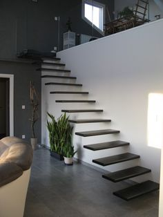 Escalier marches suspendues acier avec palier verre