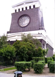 After training with Robert Wagner in Vienna, Plecnik went to Prague where he designed the unusual Church of the Sacred Heart in Vinohrady . The strange tower.
