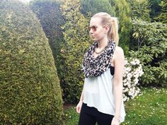 One of my favorite look in the summer: Leo scarf, rayban sunglasses and a neon top. <3