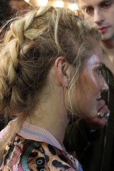 Inspiração de make e cabelo direto do backstage da Triya do SPFW. Trança boho desarrumada e rosto super iluminado.