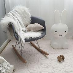 Les chaises Eames RAR font souvent partie d la décor d'une chambre de bébé. Elle peut servir à la Maman pour bercer son... https://one-mum-show.fr/chaises-eames/