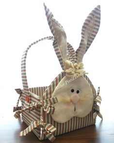 A semana começou com opção nova(fofa&linda) de cesta de páscoa aqui no atelier!! 🐰❤ 🐰❤ #pascoa2017 #pascoa #atelierpintborde #patchwork… Bunny Crafts, Easter Crafts, Crafts To Make And Sell, Diy And Crafts, Easter Parade, Handmade Decorations, Easter Baskets, Holidays And Events, Easter Bunny