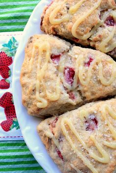 Strawberry Lemonade Scones- These are pretty simple to make and absolutely tasty. Don't feel bad about making extra lemon drizzle/curd to dunk your scones in. Breakfast And Brunch, Think Food, I Love Food, Lemon Scones, Orange Scones, Savory Scones, Strawberry Lemonade, Strawberry Scones, Strawberry Cheesecake
