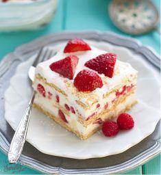 Strawberry & Graham Cracker Icebox Cake 17 Pretty Red & White Desserts To Make This Canada Day Potluck Desserts, Easy No Bake Desserts, Desserts To Make, Party Desserts, Frozen Desserts, Summer Desserts, Delicious Desserts, Dessert Recipes, Yummy Food