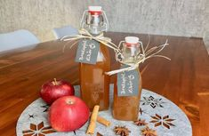 Bratapfel-Likör - Thermomix® - Rezept von Thermiliscious Rum, Wine, Table Decorations, Bottle, Drinks, Food, Youtube, Small Christmas Gifts, Apple Juice