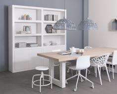 Strakke winkelkast Max in het wit gecombineerd met een eiken tafel met stalen poten. De stoeltjes mixen we voor een speels effect.Strakke kast, witte kast, schragen, eiken tafel, vakkenkast, boekenkast.