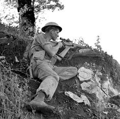 """operationtotalize: """" Private J. McPhee of The Seaforth Highlanders of Canada. Foiano, Italy, 6 October """" My uncle served in this regiment - he was killed at Ortona Canadian Soldiers, Canadian Army, British Soldier, British Army, 303 British, Military Photos, Military History, Military Art, Rifles"""