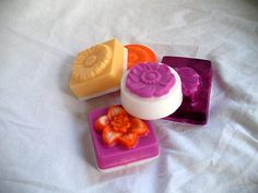 Whether you're new to soap making or a seasoned vet, why use artificial ingredients to color your all-natural home made soap? Check out these easy to use natural ingredients that will give your soap the beautiful colors you're looking for! Homemade Mothers Day Gifts, Mothers Day Crafts, Homemade Gifts, Crafts For Kids, Homemade Beauty, Diy Beauty, World Thinking Day, Inexpensive Gift, Soap Recipes