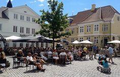 Sommerliv på torvet i Faaborg, Danmark.