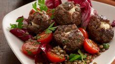 Salat einmal anders: Wir bereiten heute einen Herbstalat aus Linsen, Tomaten und Radicchio zu und kombinieren ihn mit leckeren Hackbällchen.
