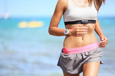 しなやかで女性らしい体をつくるのは有酸素運動。  筋トレや加圧のような無酸素運動と、ランニングやウォーキングなどの有酸素運動。スレンダーボディを目指すなら、有酸素運動がベター?「無酸素運動と有酸素運動、両方が望ましいです。無酸素は筋肉を鍛え、有酸素は脂肪を減らしますが、無酸素運動によってホルモンが分泌されるので、そのあとに有酸素運動をすれば脂肪燃焼効果が高まります。まずは筋トレでエネルギーを消費しやすい筋肉を育ててから、酸素をたくさん使うトレーニングをすると効果的なのでは」(中里さん)。「最近では、無酸素運動でも脂肪が燃焼するという説も。エネルギーを消費する運動なら、ある程度脂肪燃焼するでしょう。ちなみに女性は無酸素運動をしてもマッチョになりにくいのでご心配なく」(中辻さん)